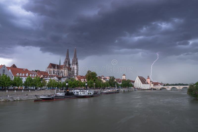 Donkere wolken met bliksemflits boven Regensburg, Duitsland stock foto's