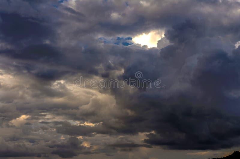 Donkere wolken op blauwe hemel royalty-vrije stock afbeelding
