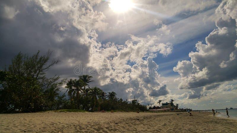 Donkere wolken op Caraïbische hemel royalty-vrije stock afbeelding