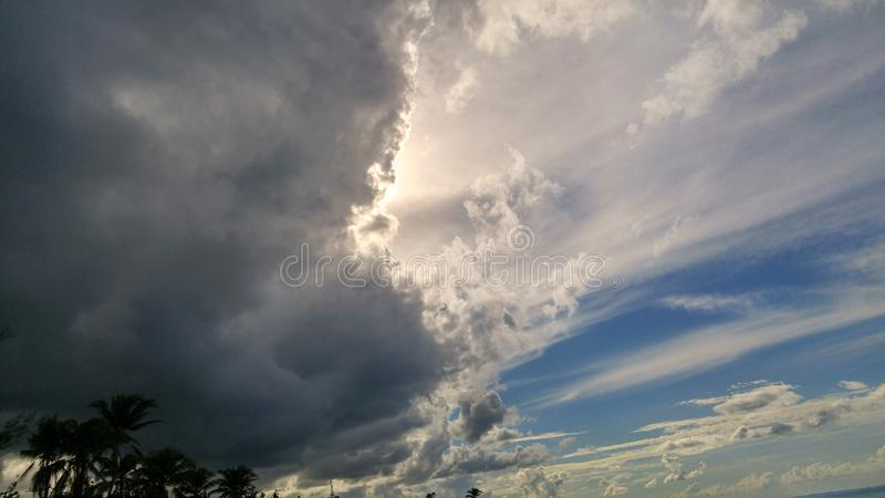 Donkere wolken op Caraïbische hemel royalty-vrije stock foto's