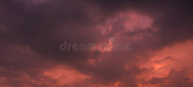 Donkere Wolken op een dag met onweersbui stock foto's