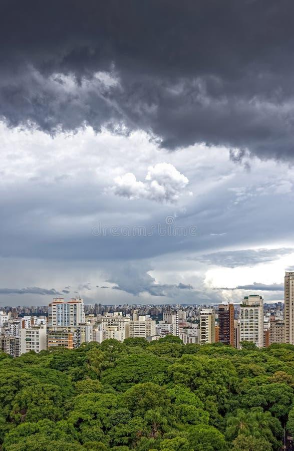 Donkere wolken over de stadshemel van Sao Paulo royalty-vrije stock foto