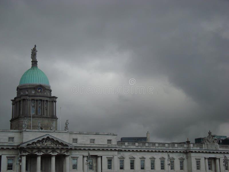 Donkere wolken over Douanekantoor royalty-vrije stock foto