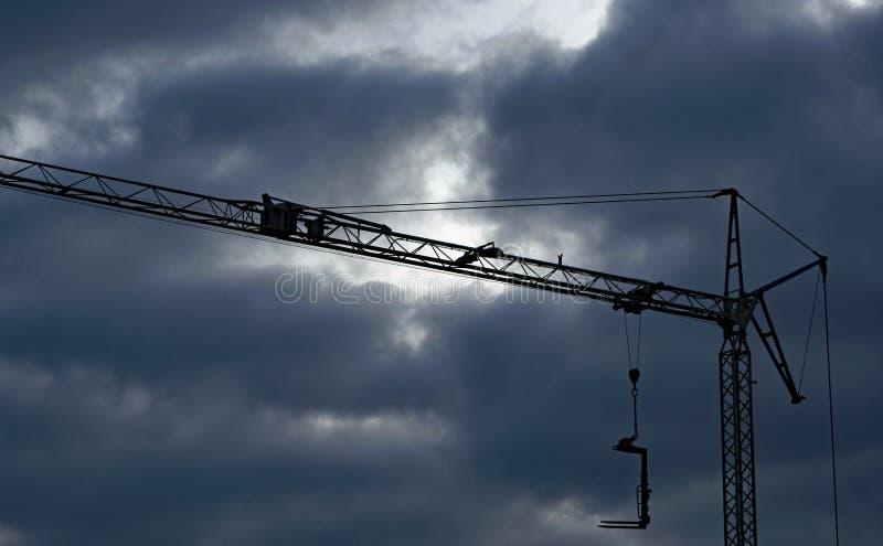 Donkere wolken over een bouwkraan stock foto's