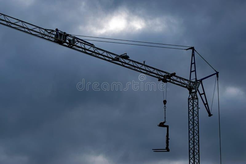 Donkere wolken over een bouwkraan stock afbeelding