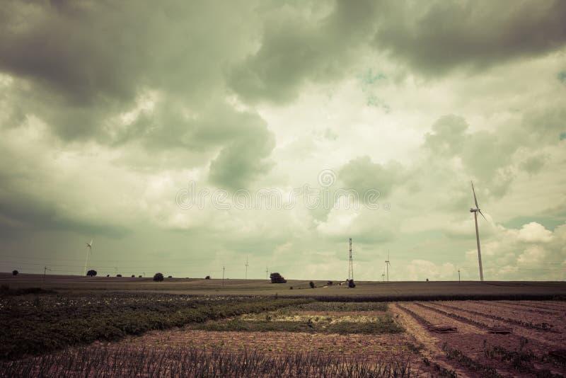 Donkere wolken over gebieden stock afbeeldingen