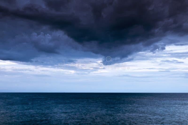 Donkere wolken over het overzees stock fotografie