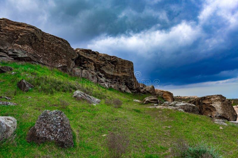 Donkere wolken over rotsen stock foto