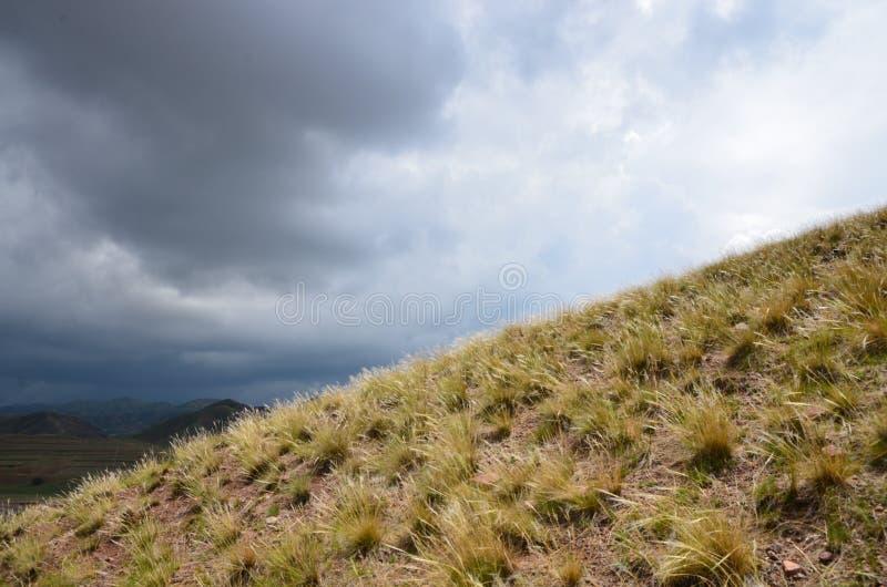 Donkere wolken over witte wolken royalty-vrije stock afbeeldingen