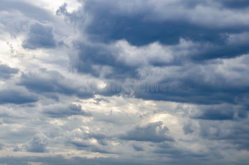 Donkere Wolken v??r onweersbui, Bewolkte Hemel stock foto