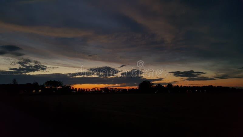 Donkere zonsondergang royalty-vrije stock afbeeldingen