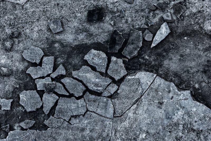 Donkergrijze grungeachtergrond van gebroken beton royalty-vrije stock foto's
