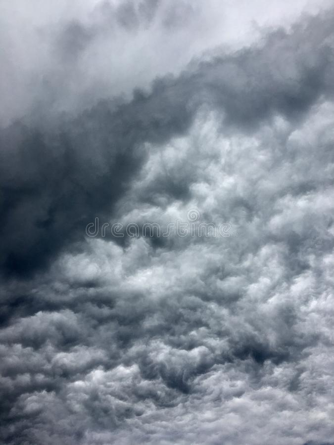 Donkergrijze Onweerswolken in de stad vóór de zware regen stock fotografie