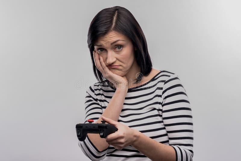 Donkerharigegevoel na het verliezen van videospelletje wordt teleurgesteld dat royalty-vrije stock foto