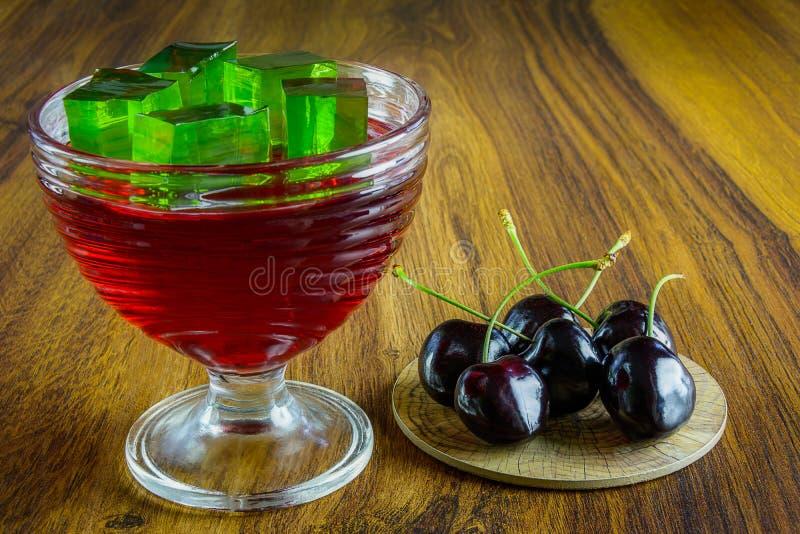 Donkerrode gelei met fruit stock foto