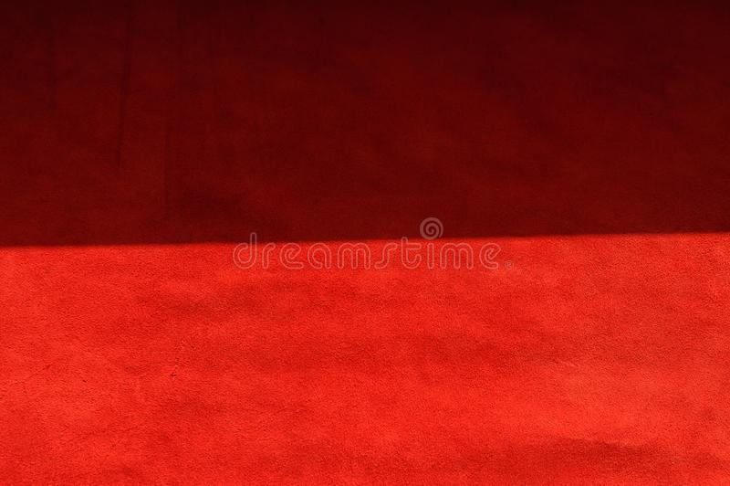 Donkerrode steenachtergrond van su?destof, close-up Fluweeltextuur van naadloos wijnleer stock foto