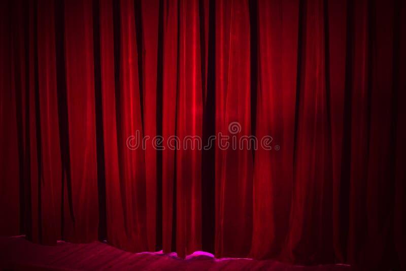 Donkerrood uitstekend fluweelgordijn in theater stock fotografie