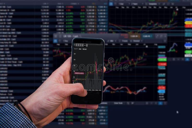 Données de conseil d'échange commercial d'homme d'affaires sur l'écran mobile photo libre de droits