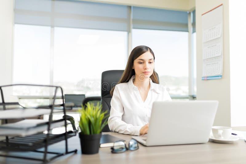 Données du ` s de Surfing For Client d'avocat sur l'ordinateur portable images stock