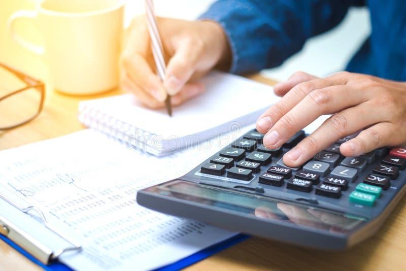 Données financières analysant l'écriture de main et comptant sur la calculatrice photo libre de droits