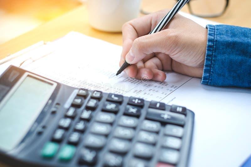 Données financières analysant l'écriture de main et comptant sur la calculatrice images stock