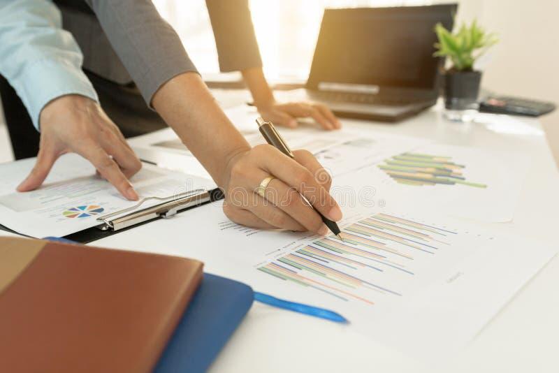 Données financières de discussion exécutives de graphique de plan d'investisseur sur le bureau photographie stock libre de droits