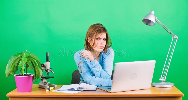 Donn?es et information Femme d'affaires - 2 biologiste de chimiste avec le microscope sur la table La Science de Digital Travail  photos libres de droits