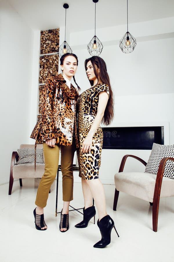 Donna abbastanza alla moda in vestito da modo con la stampa del leopardo insieme nell'interno ricco di lusso della stanza, concet fotografia stock libera da diritti