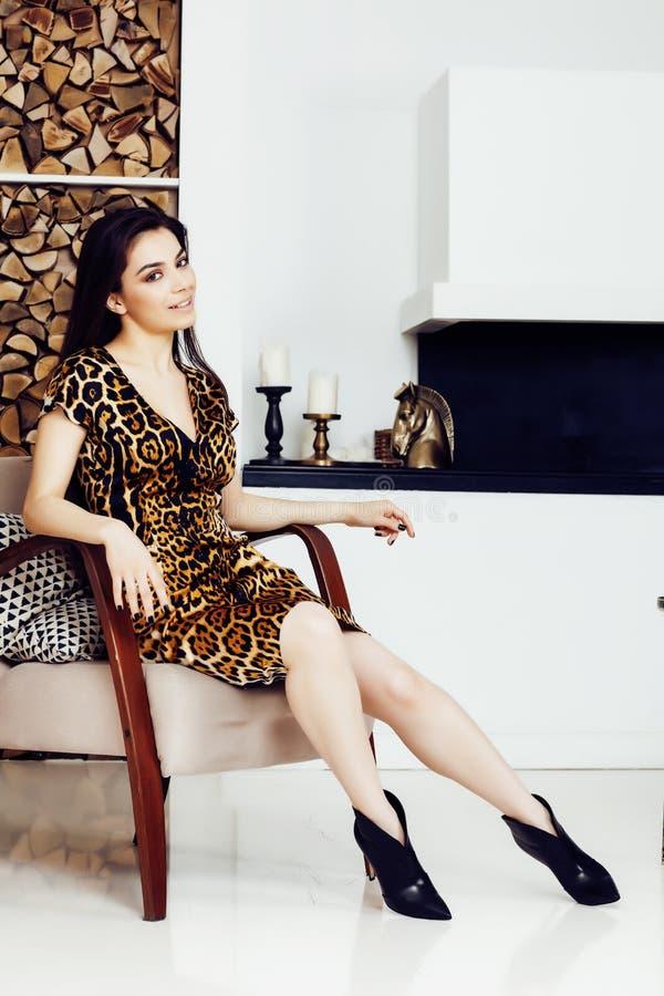 Donna abbastanza alla moda in vestito da modo con la stampa del leopardo insieme nell'interno ricco di lusso della stanza, concet immagini stock