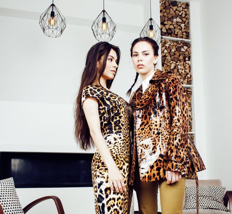 Donna abbastanza alla moda in vestito da modo con la stampa del leopardo insieme nell'interno ricco di lusso della stanza, concet fotografie stock