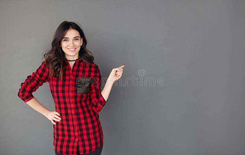 Donna abbastanza allegra che gesturing con il dito via fotografie stock libere da diritti