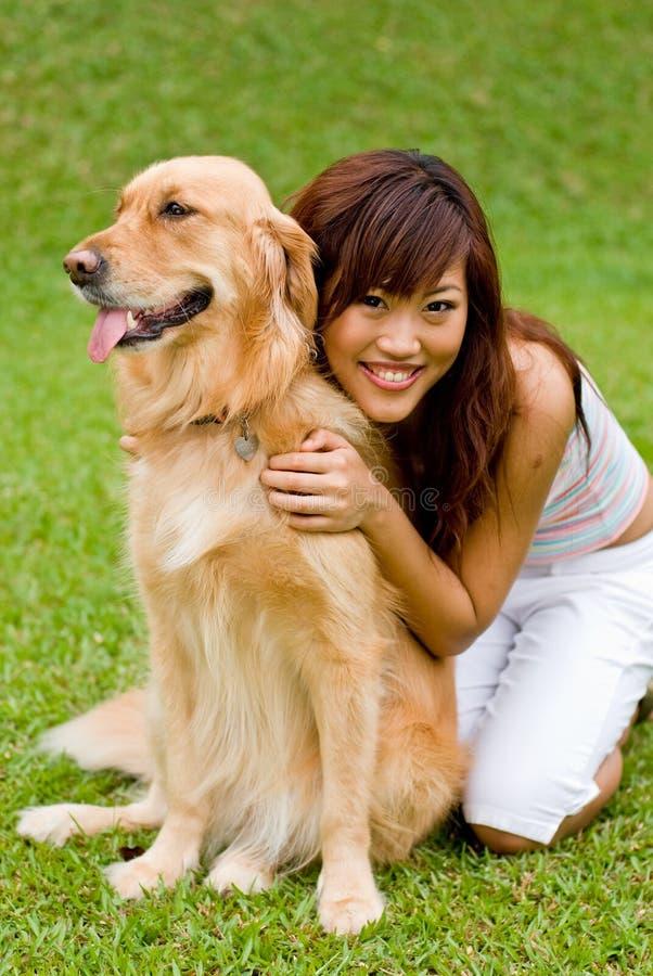 Donna abbastanza asiatica con il cane fotografia stock libera da diritti