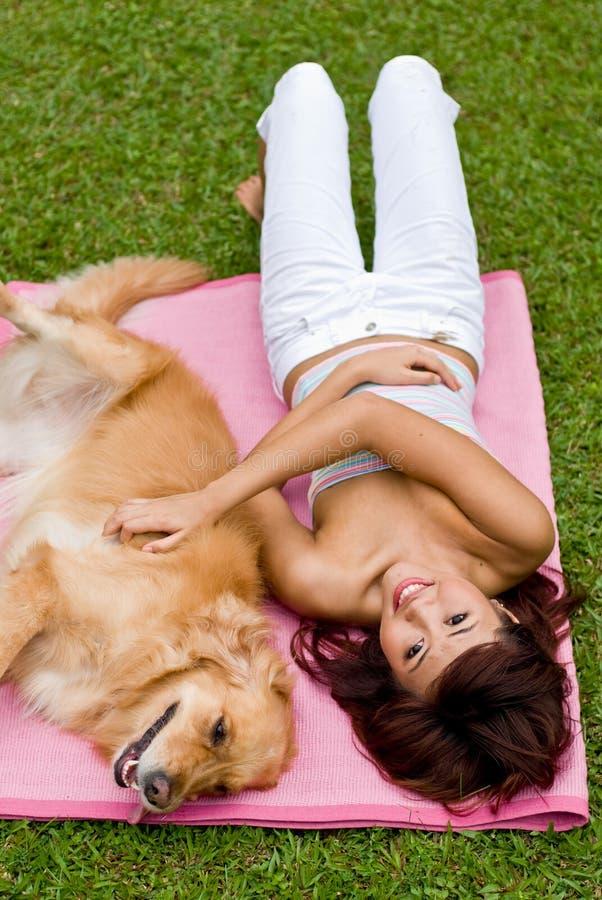 Donna abbastanza asiatica con il cane immagine stock libera da diritti