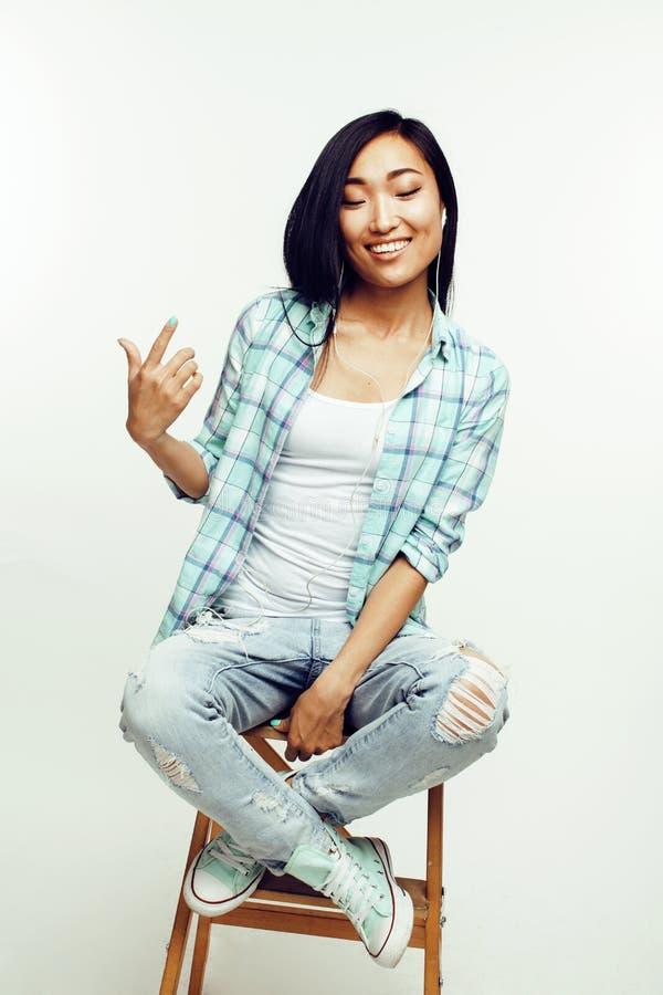 Donna abbastanza asiatica dei giovani che posa emozionale allegro isolato su fondo bianco, concetto della gente di stile di vita fotografia stock