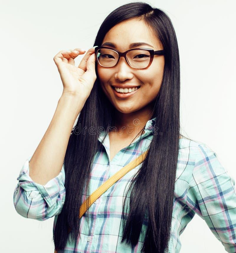 Donna abbastanza asiatica dei giovani che posa emozionale allegro isolato su fondo bianco, concetto della gente di stile di vita fotografia stock libera da diritti