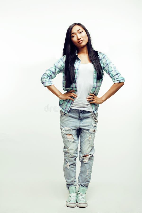 Donna abbastanza asiatica dei giovani che posa emozionale allegro su fondo bianco, concetto della gente di stile di vita immagine stock