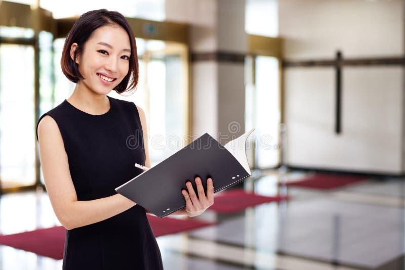 Donna abbastanza asiatica di affari di Yong fotografie stock