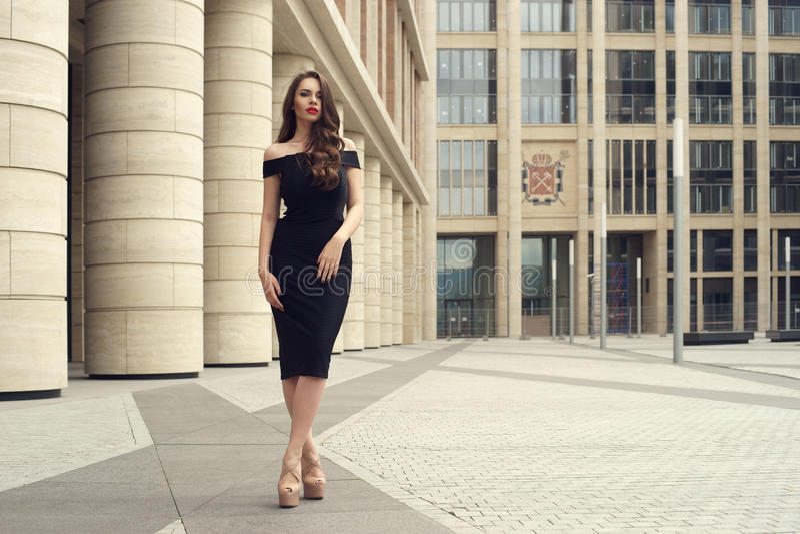 Donna abbastanza bella di affari in vestito nero elegante fotografia stock libera da diritti