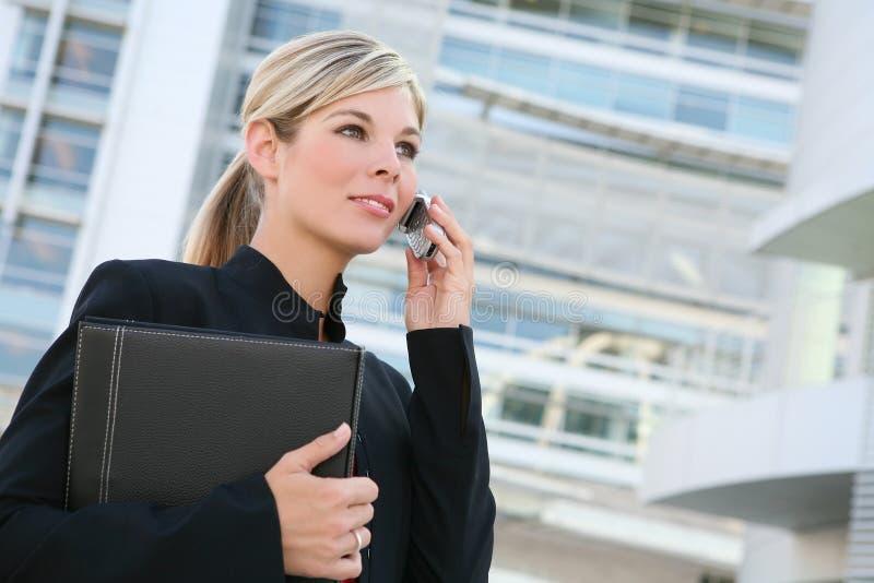 Donna abbastanza bionda di affari sul telefono immagini stock