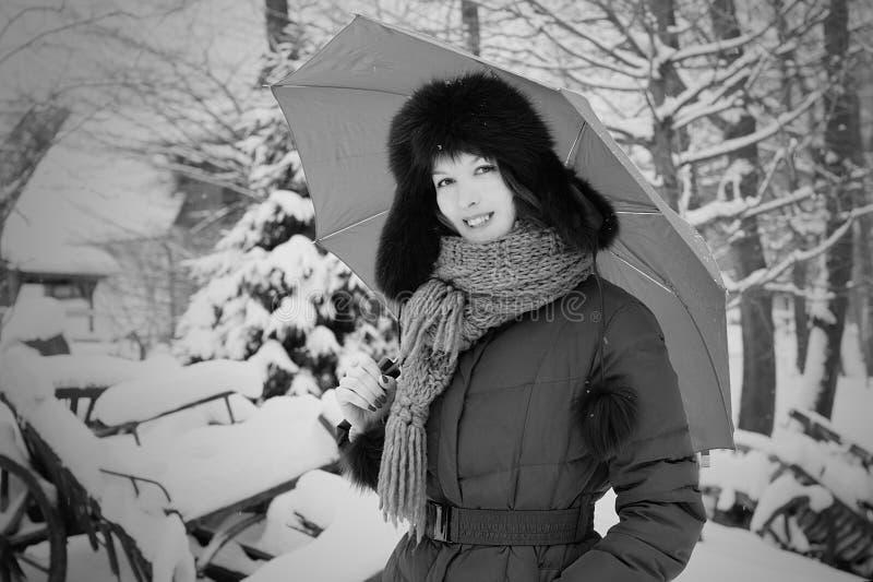 Donna abbastanza elegante in inverno con l'ombrello fotografie stock libere da diritti