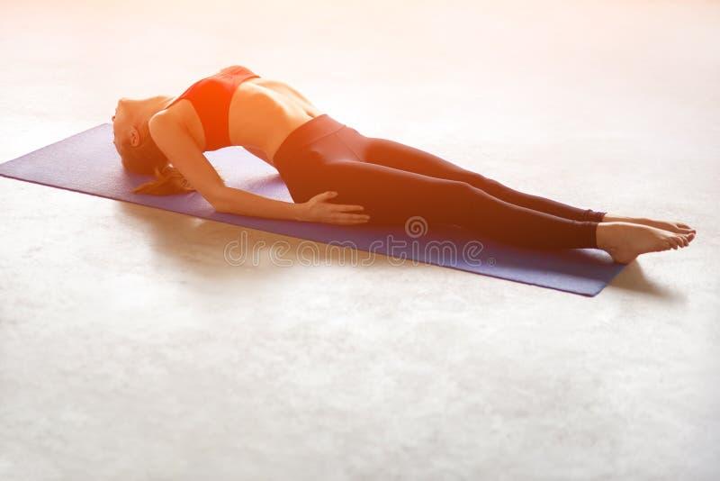 Donna abbastanza giovane che fa esercitazione di yoga fotografia stock libera da diritti