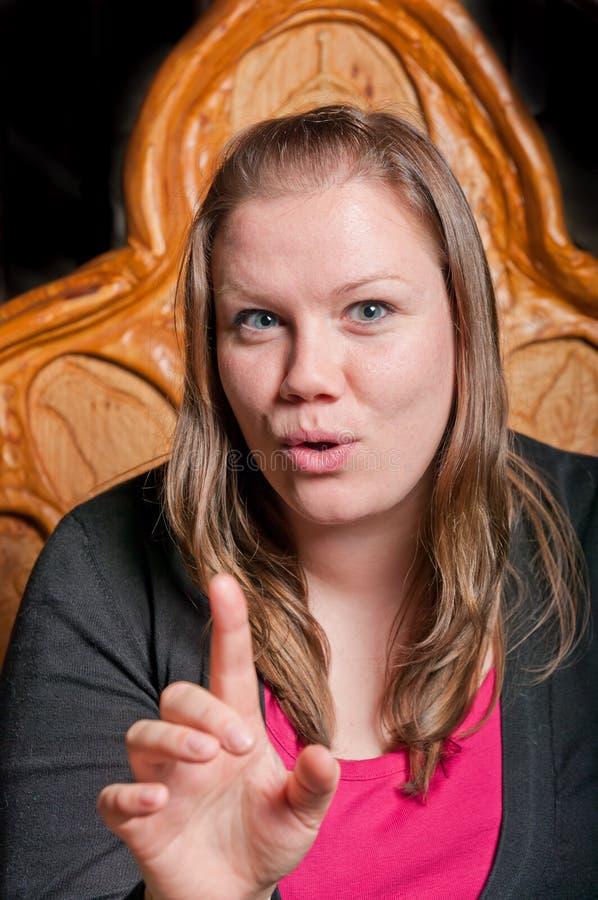 Donna abbastanza giovane che racconta una storia fotografia stock libera da diritti