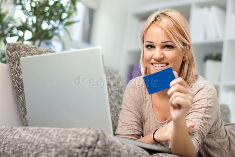 Donna abbastanza giovane con la carta di credito fotografia stock libera da diritti