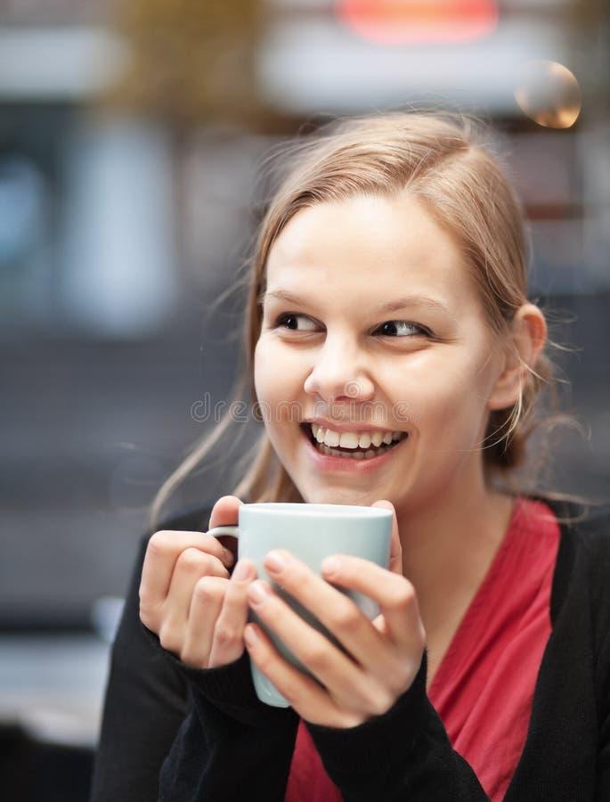 Donna abbastanza giovane con la tazza di chocomilk immagini stock