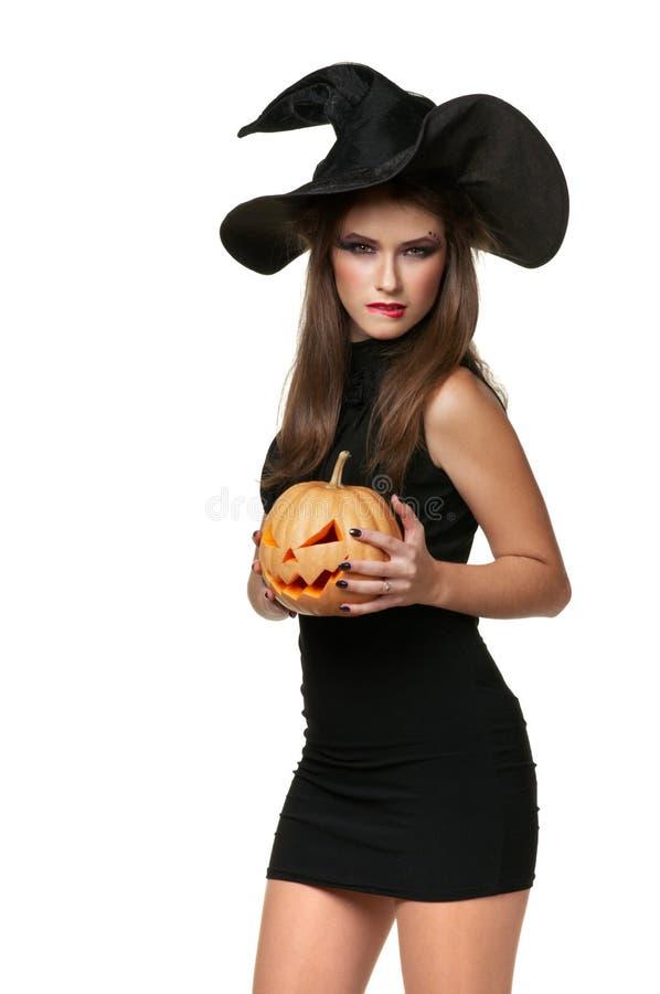 Donna abbastanza giovane del brunette con una zucca fotografia stock libera da diritti