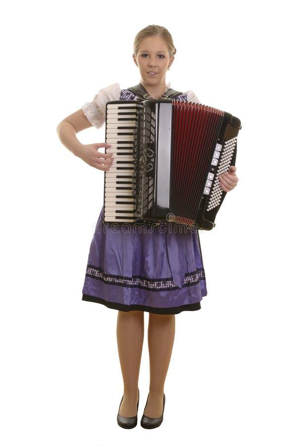 Donna abbastanza giovane del drindl che gioca fisarmonica fotografie stock libere da diritti