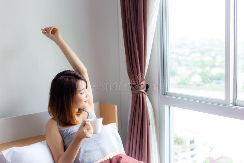 Donna abbastanza giovane del ritratto La bella ragazza attraente sta svegliando immagini stock