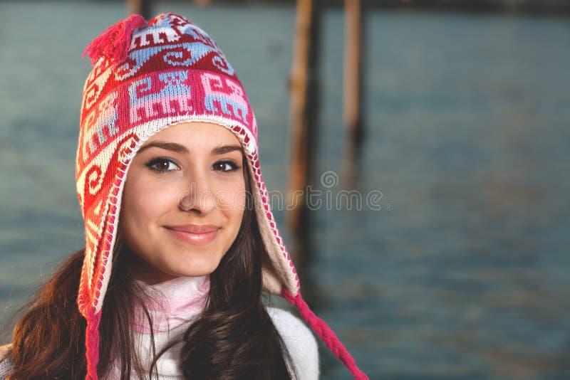 Donna abbastanza giovane lungo la baia fotografie stock libere da diritti