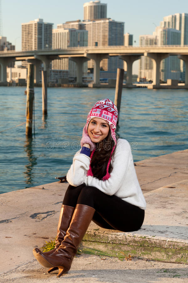 Donna abbastanza giovane lungo la baia con orizzonte fotografia stock libera da diritti