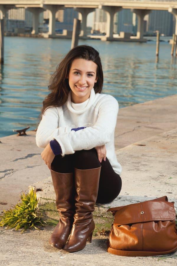 Donna abbastanza giovane lungo la baia con orizzonte fotografia stock